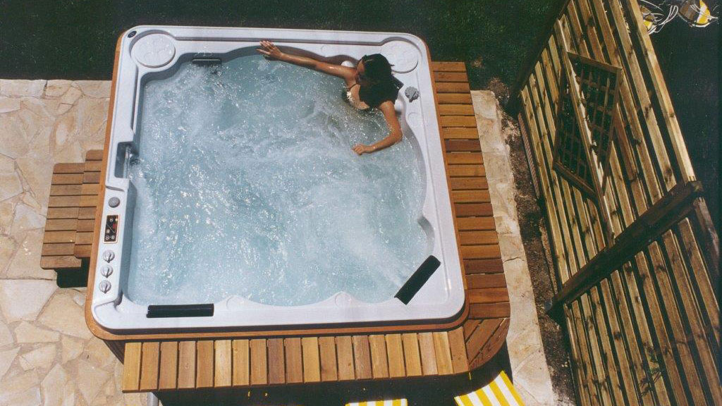 The World\'s only self-cleaning hot tubs - Hydropool Staffordshire
